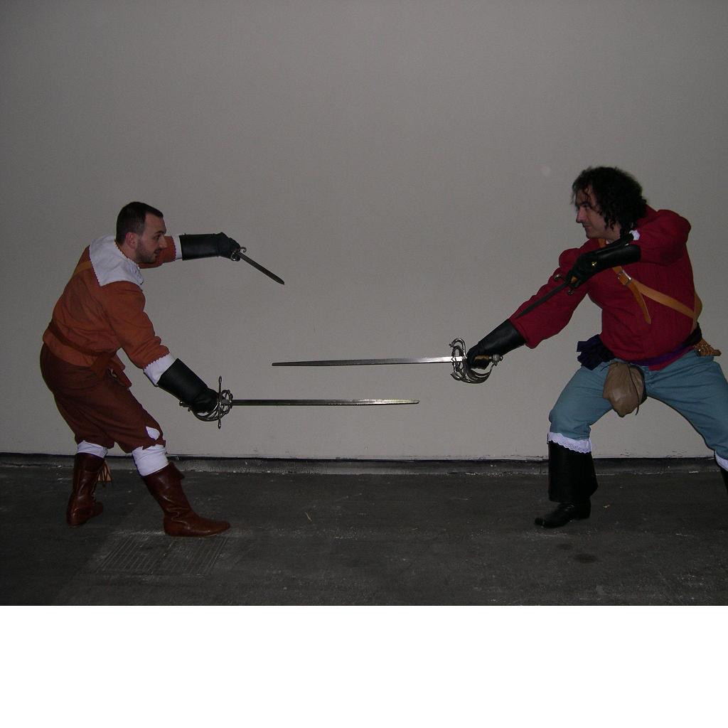 un assaggino al volo di combattimento seicentesco con spada e daga